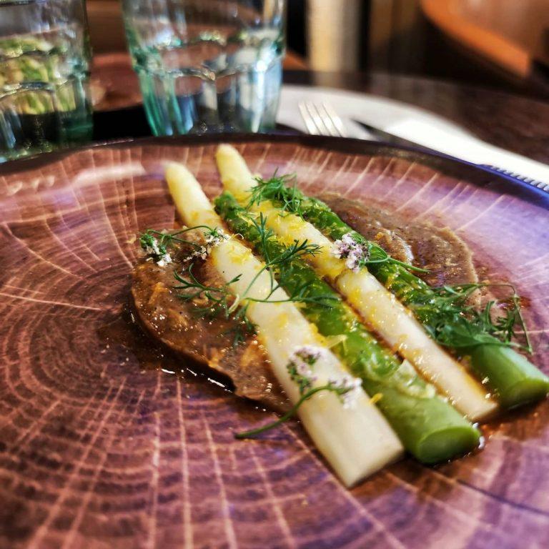 asperges blanche et vert français, échalotes fumé et brûlée, Vieille mimolette